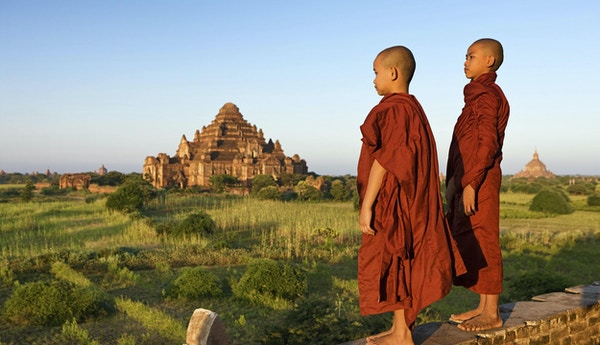 Unge buddhistiske munker ser på solnedgangen, Bagan, Myanmar (Burma)