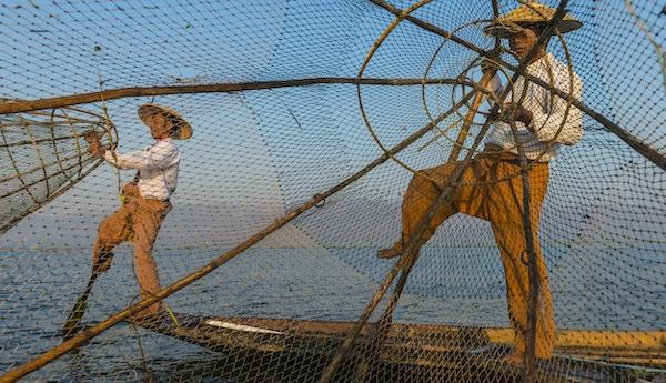 Fiskere ved Inle-sjøen ved soloppgang