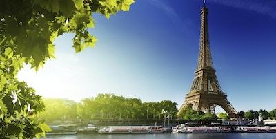 Seine i Paris med Eiffeltårnet i soloppgangstid