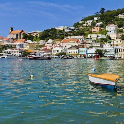 Carenage er den vakre vannkanten ved St. George's, omringet av elegante kolonibygninger og fargerike boliger i karibisk stil, med restauranter, bar og butikker. St. George's, Grenadas hovedstad, ble bygget av franskmennene i 1650, og vender mot en hesteskoformet havn og er omgitt av en åsside av et gammelt vulkankrater.