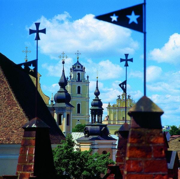 Hustak og spir i gamlebyen i Vilnius