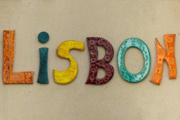 """Ordet """"Lisboa"""" Laget av fargerike tradisjonelle keramikkbiter, portugisisk stil"""