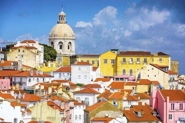 Lisboa, Portugal skyline ved Alfama, det eldste distriktet i byen med National Pantheon.