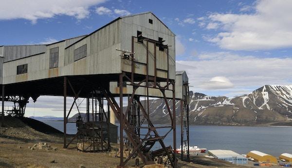 """""""Utsikt fra Longyearbyen over fjorden. Taubanestasjon fra en gammel kullgruve i forgrunnen. Longyearbyen, Svalbard, Norge. Verdens mest nordlige by. Liknende bilder:"""""""