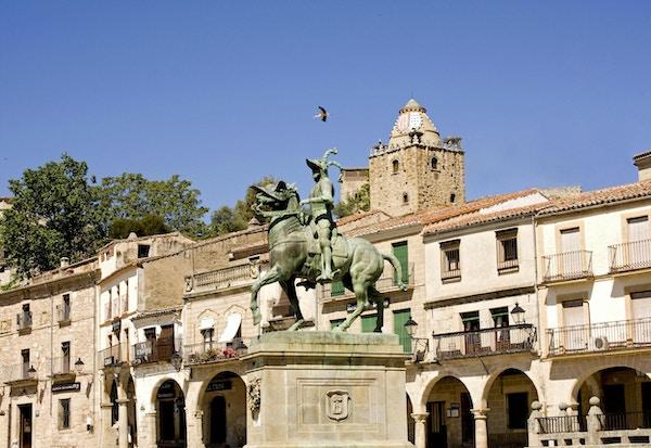 Statue av Francisco Pizarro på hesterygg i sentrum av Trujillo.