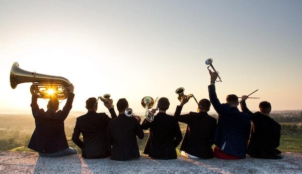 Band med mange instrumenter - bakfra