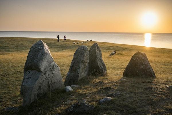Ales stener i solnedgang. Skipssetningen består av 59 steiner, 67 meter langt og 19 meter bredt.