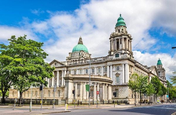 Rådhuset i Belfast ble bygd i 1906 i en klassisk renessansestil.Hvit bygning med irrgrønne kupler.