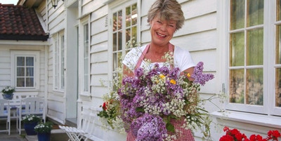 En dame med en vakker blomsterbukett