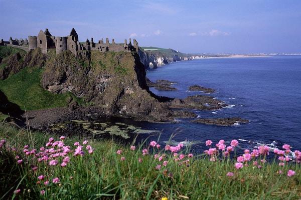 Dunluce Castle er et av Irlands mest ikoniske middelalderslott. I dag står det kun en ruin igjen helt ytterst på en bratt klippe med med utsikt over det frådende havet