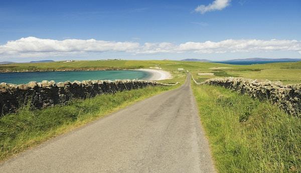 """""""Veien går mot Sands of Wright på øya South Ronaldsay, Orknøyene, Skottland."""""""