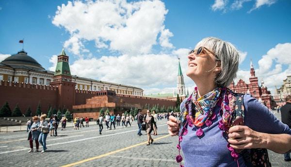 Porterett av en voksen kvinne som koser seg på Den røde plass i Moskva, Russland