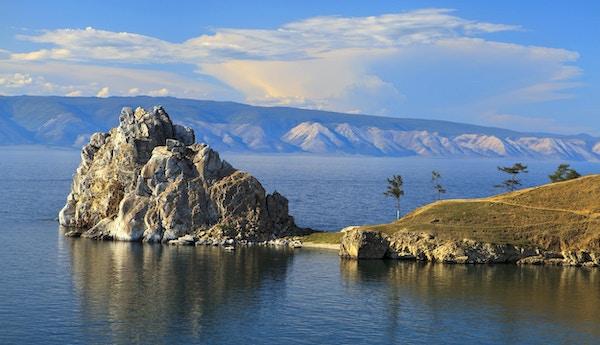 Cape Burhan og Shaman Rock på Olkhon Island ved Baikalsjøen, Russland.