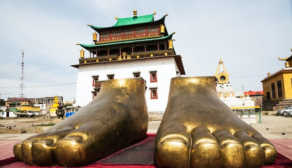 To gylne føtter utenfor Gandanklosteret i Ulan Bator, Mongolia. Gandanklosteret er et buddhistisk kloster og en av hovedattraksjonene i Ulan Bator.