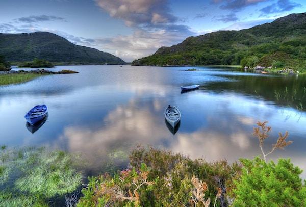 Båter på innsjø i Killarney nasjonalpark, Irland, Europa.
