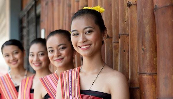 Gruppeportrett av unge jenter fra Kadazan Dusun i tradisjonell antrekk fra Kota Belud-distriktet under høstfestival på statlig nivå i KDCA, Kota Kinabalu, Sabah Malaysia.