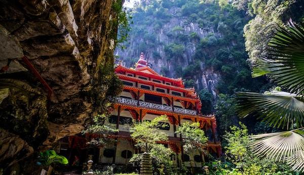 Malaysia, Perak, Ipoh, utsikt utenfor og på siden i tempelhulen.