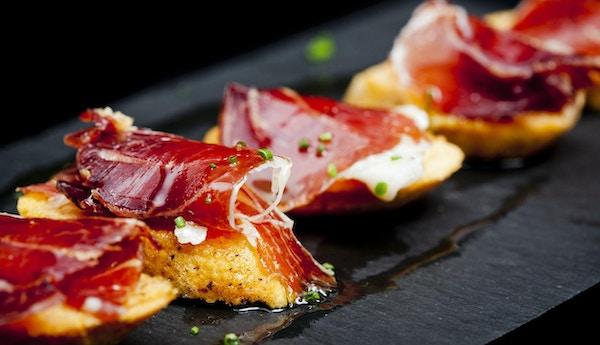 Typisk spansk snack av spekeskinke og brød som er klare til å spise