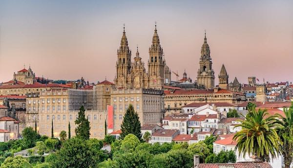 Disig solnedgang over monumentale Santiago de Compostela, katedral og bybilde.