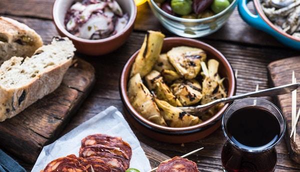 Deling av autentiske spanske tapas med venner i restaurant eller bar. Utsikt ovenfra.