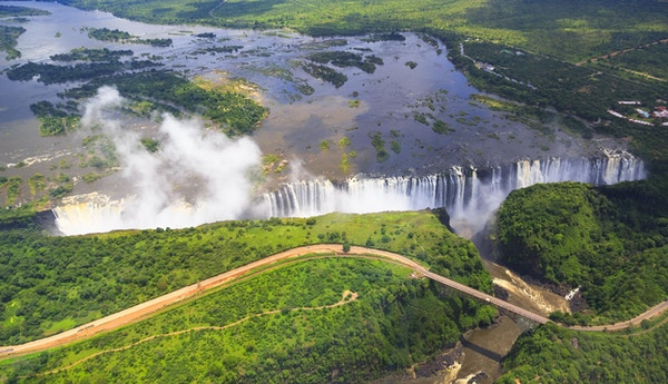 Victoria Falls (eller Mosi-oa-Tunya (Tokaleya Tonga: Smoke that Thunders)) er et fossefall i Sør-Afrika ved Zambezi-elven ved grensen til Zambia og Zimbabwe.