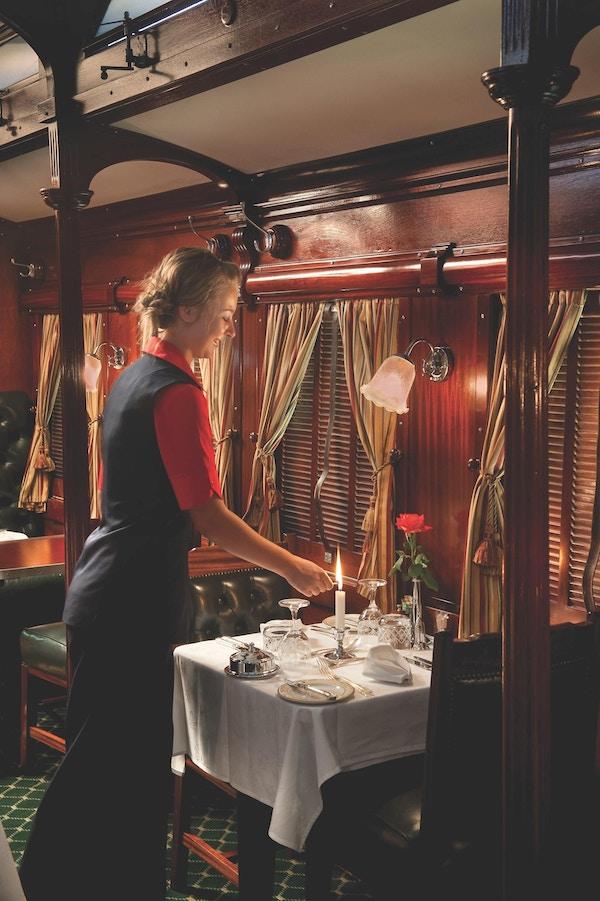 Jente i restaurant på tog