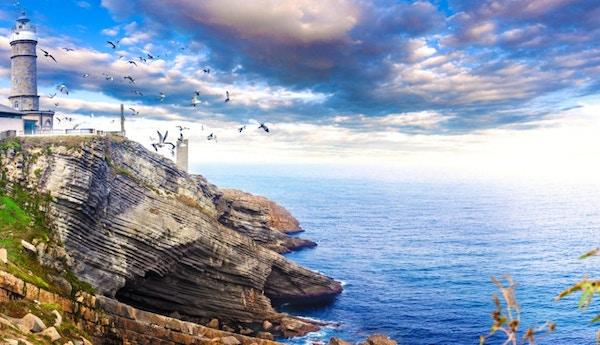Vakker naturlandskap Cabo Mayor fyr. Landskapskyst og kveldshimmel.