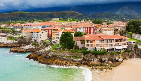 Luftfoto av Llanes-stranden. Llanes er en kommune i Asturias-provinsen i Nord-Spania.