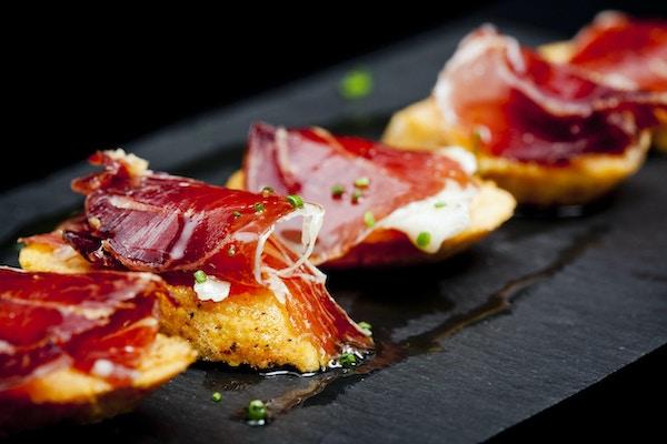 Typisk spansk snack av herdet skinke og brød klar til å spises