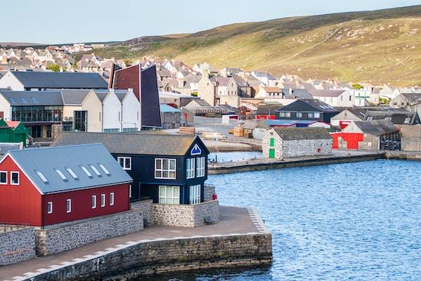 Lerwick sentrum under blå himmel, Lerwick, Shetland, Skottland, Storbritannia