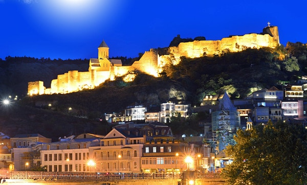 Tbilisi gamleby. Historisk distrikt i hovedstaden i Georgia om natten mot den mørkeblå himmelen.