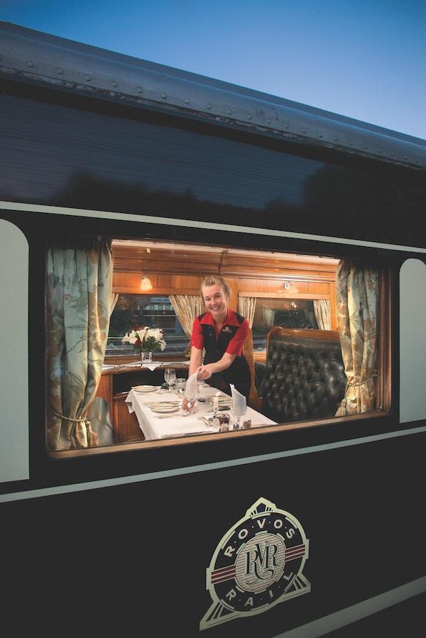 Jente som smiler fra tog