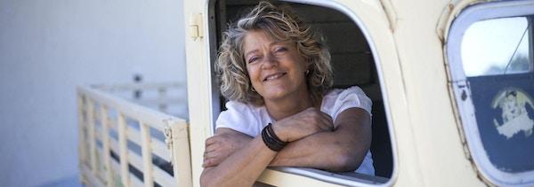 Clotilde, sittende i sin veteranbil