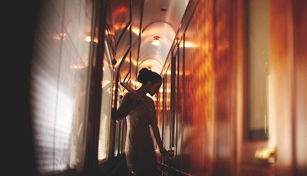 En kvinnelig passasjer på reise med Orientekspressen