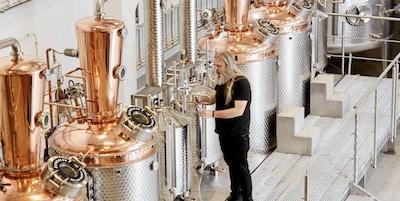 Mann i destilleri, Bareksten.