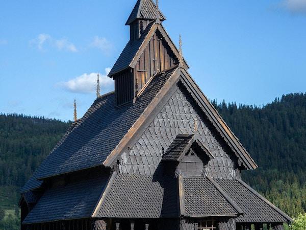 Eidsborg Stavkirke. Kirken er enskipet og blant de minste i Norge.