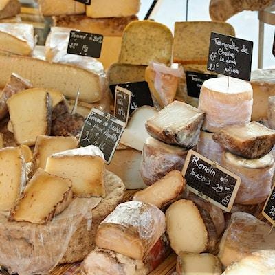 Tilfeldig fransk ost på det landlige Provence-markedet, byen Aix-en-Provence