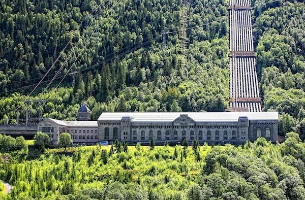 Anlegget på Vemork store bygninger som ligger i fjellet med skog rundt