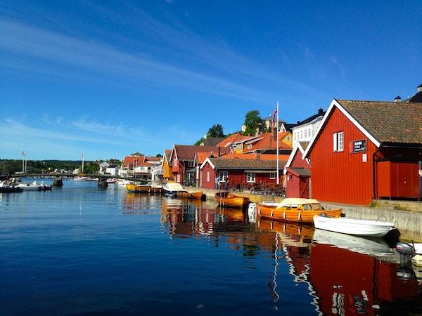 Båter og hus  langs havnebassenget , blindtarmen, i Kragerø.