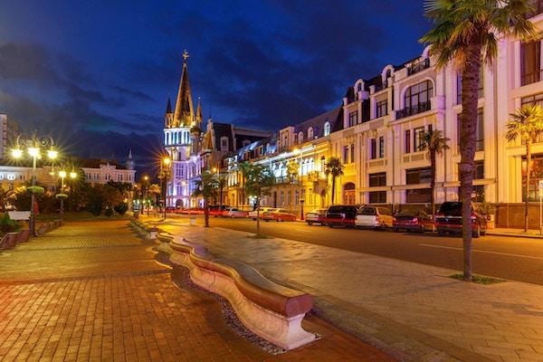 Utsikt over Europa-torget i nattbelysningen. Batumi. Georgia.