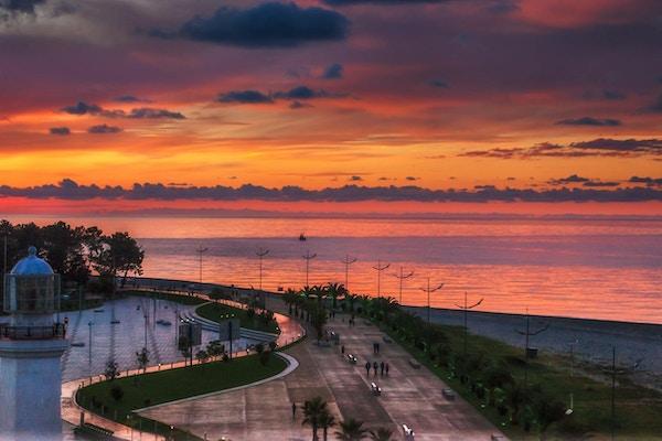 Strandpromenade ved solnedgang, Batumi, Georgia