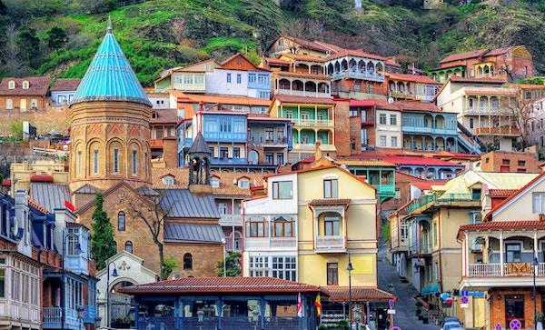 Fargerike tradisjonelle hus med utskårne balkonger i gamlebyen i Tbilisi, Georgia