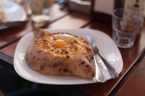 Khachapuri - tradisjonell georgisk rett. Dette er som tortilla med ost.