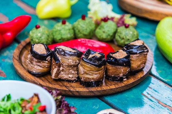 Pkhali, tradisjonell georgisk rett med hakkede grønnsaker, laget av kål, aubergine, spinat, bønner, rødbeter og kombinert med malt valnøtter, eddik, løk, hvitløk og urter