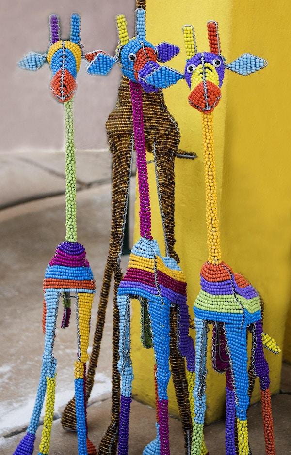 Afrikanske tradisjonelle etniske håndlagde fargerike perletrådleker sjiraffer. Håndverk. Sør-Afrika. Lokalt håndverksmarked. Suvenirer.