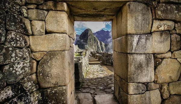 Utsikt over Huayna Picchu gjennom en steinport av Machu Piccu