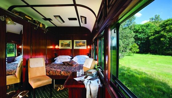 Deluxe suite med dobbeltseng ombord på Rovos Rail