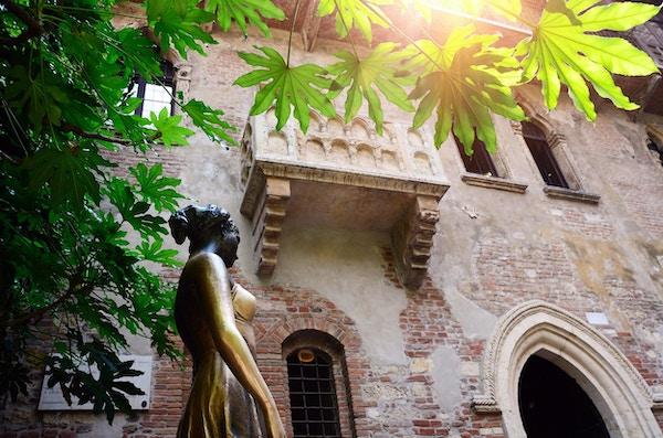 Statue av Julie fra Romeo og Julie av Shakespeare under hennes balkong i Verona.