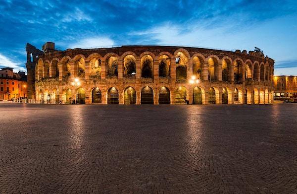 Verona amfiteater, ferdig i 30AD, det tredje største i verden, i skumringstid. Roman Arena i Verona, Italia
