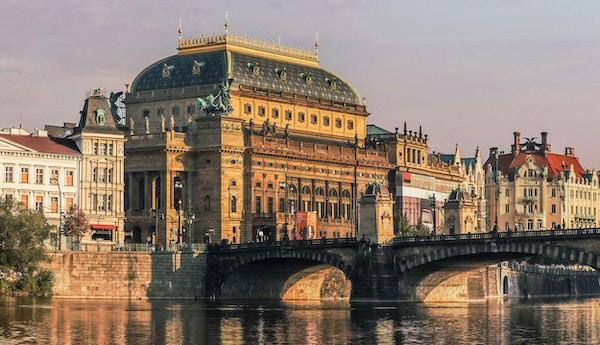 Nasjonalteateret i Praha med eleven Vltava forgrunnen.